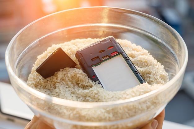 Upuszczony telefon w naprawie wody to ryż