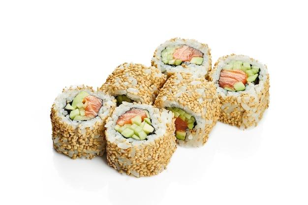 Uramaki sushi california roll w sezamie z łososiem, awokado i ogórkiem. klasyczna kuchnia japońska. dostawa jedzenia. na białym tle.