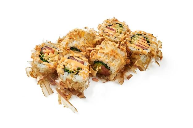 Uramaki sushi roll bonito z tuńczykiem i ostrym sosem. klasyczna kuchnia japońska. dostawa jedzenia. na białym tle.