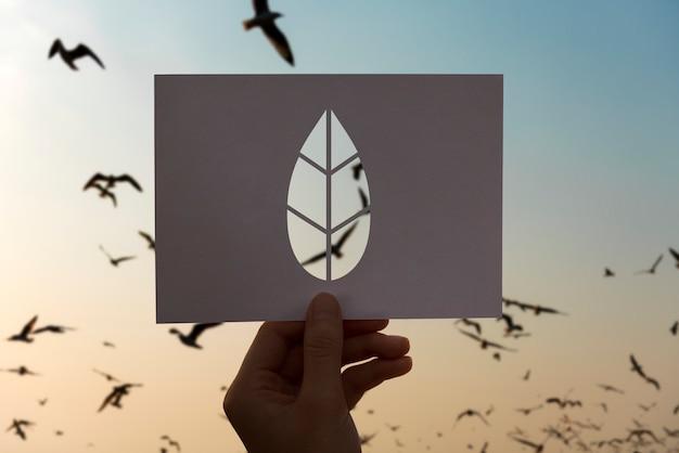 Uratuj świat ekologiczna ochrona środowiska - perforowany papierowy liść