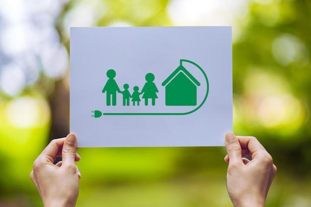 Uratuj światową ekologię ekologiczną ochronę środowiska trzymając się za ręce, wycinając papier kochający ekologii rodzinne pokazywanie