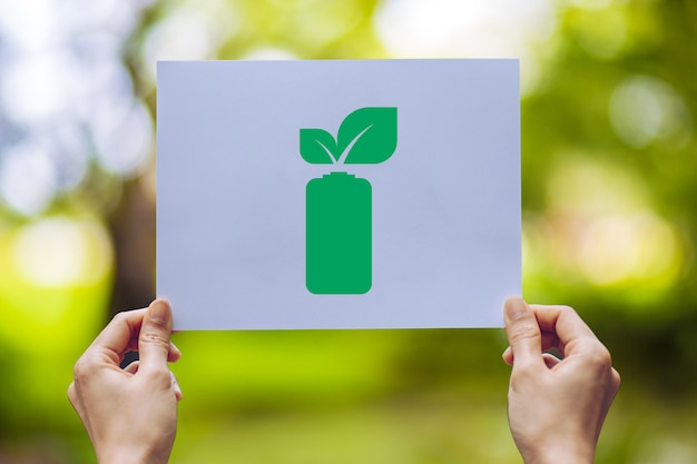Uratuj światową ochronę ekologii środowiska, trzymając się za ręce, pozostawiając oszczędność energii pokazując baterię