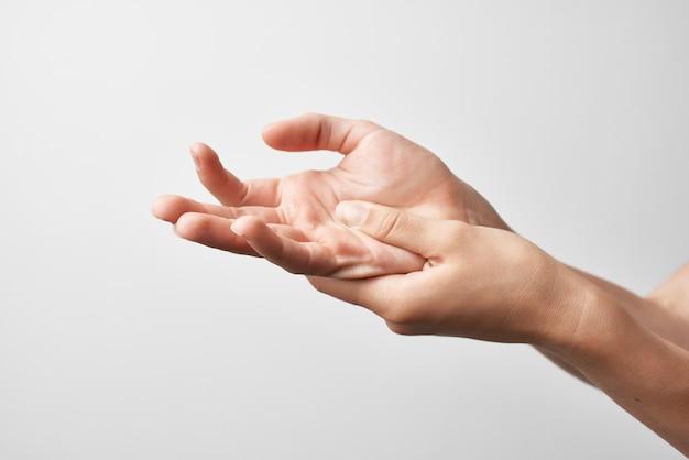 Urazy dłoni problemy ze stawami reumatyzm jasne tło