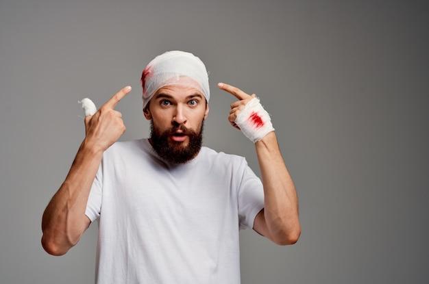 Urazy głowy i ramion pacjenta problemy zdrowotne na białym tle