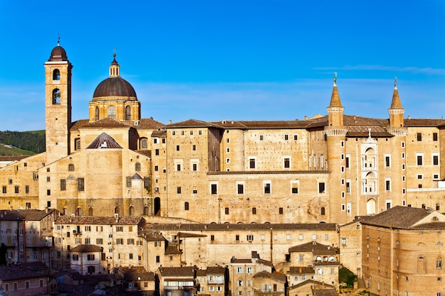 Urbino to otoczone murem miasto w regionie marche we włoszech, średniowieczne miasto na wzgórzu