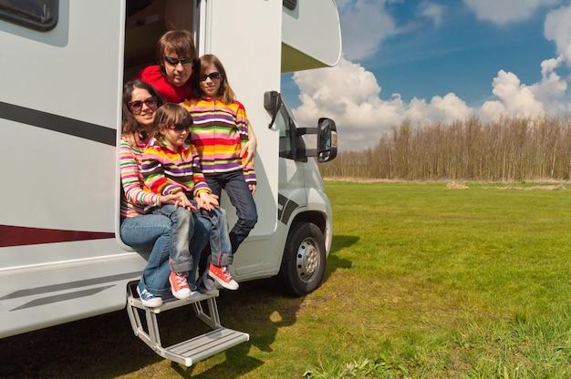 Urlop rodzinny, podróż samochodem kempingowym z dziećmi, szczęśliwi rodzice z dziećmi na wakacyjnej wycieczce samochodem kempingowym, zewnętrzna przyczepa kempingowa