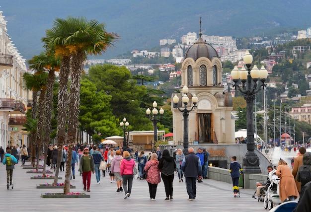 Urlopowicze spacerują główną promenadą stolicy jałtaty na południowym wybrzeżu krymu
