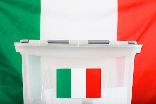 Urna przed flagą włoch. zbliżenie