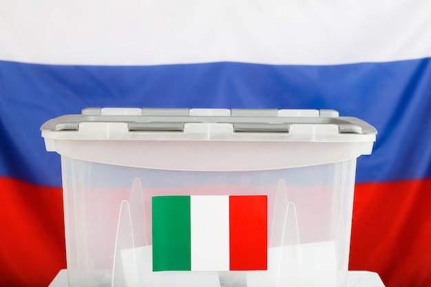Urna wyborcza dla obywateli włoskich zamieszkałych za granicą. rosyjska flaga w tle. zbliżenie