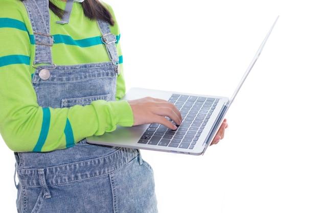 Urocza azjatycka dziewczyna działająca w studio z hełmem konstrukcyjnym, dziewczyna z marzeniem swetra w kolorze zielonym