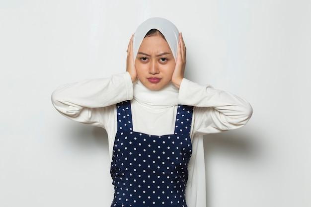 Urocza azjatycka muzułmanka nosząca hidżab zakrywający uszy