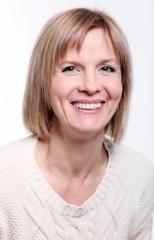Urocza blond kobieta w średnim wieku z promiennym uśmiechem