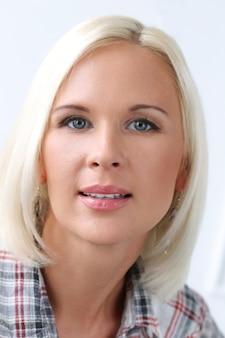 Urocza blondynka o niebieskich oczach
