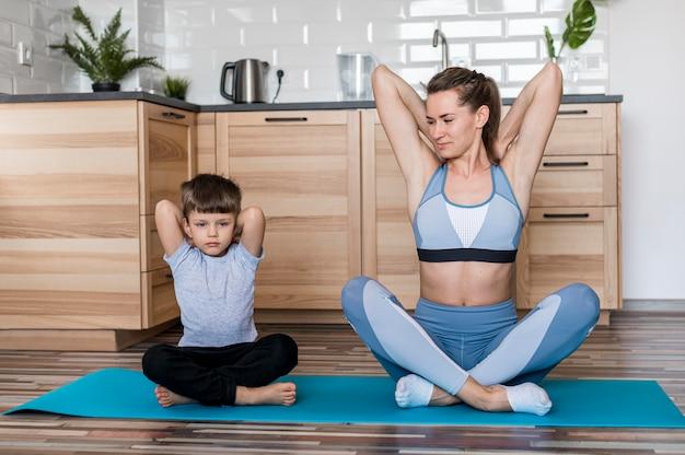 Urocza chłopiec trenuje razem z mamą