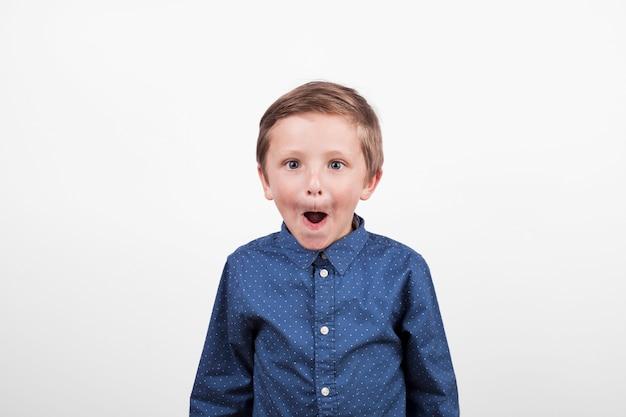 Urocza chłopiec z śmieszną twarzą