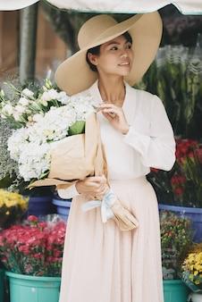 Urocza dama z kwiatami