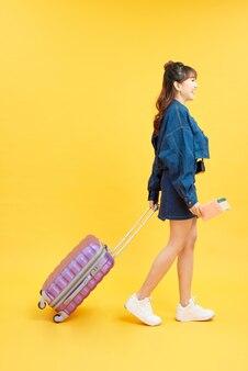 Urocza dziewczyna gotowa do lotu, gdy jest odizolowana z żywym tłem