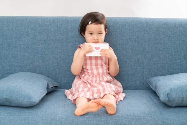 Urocza dziewczyna na kanapie