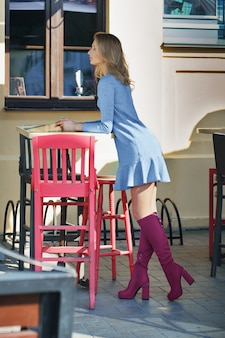 Urocza dziewczyna na otwartym tarasie ulicy caffe
