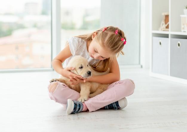 Urocza dziewczyna patrzeje szczeniaka