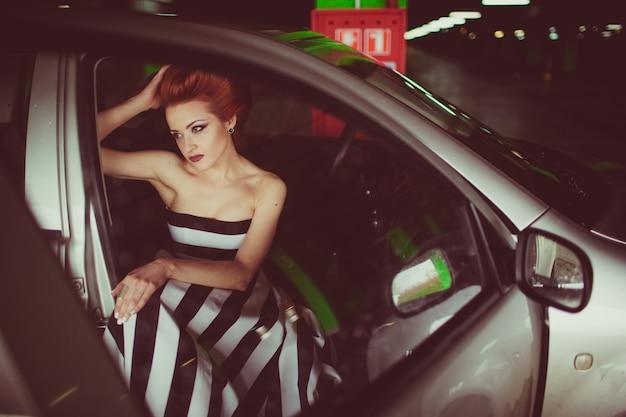 Urocza dziewczyna siedzi w samochodzie