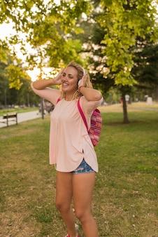 Urocza dziewczyna z hełmofonami cieszy się jej czas