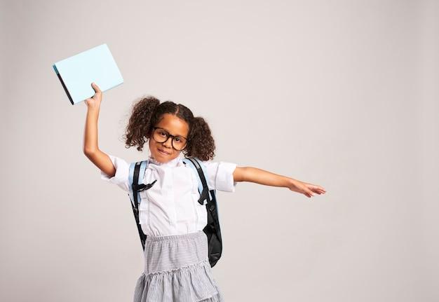 Urocza dziewczyna z plecakiem i książką