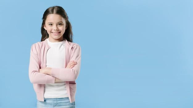 Urocza dziewczyny pozycja w pracownianym i uśmiechniętym