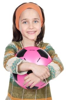 Urocza dziewczyny whit piłka nad białym tłem