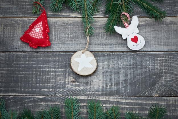 Urocza filcowa dekoracja na drewnie