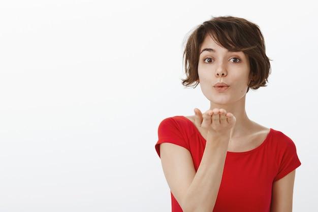 Urocza głupia kobieta dmuchanie buziaka