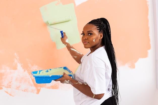 Urocza gospodyni do malowania ścian