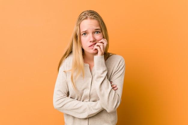 Urocza i naturalna nastolatka obgryzająca paznokcie, nerwowa i bardzo niespokojna.