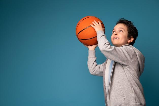 Urocza kaukaski uczeń grający w koszykówkę