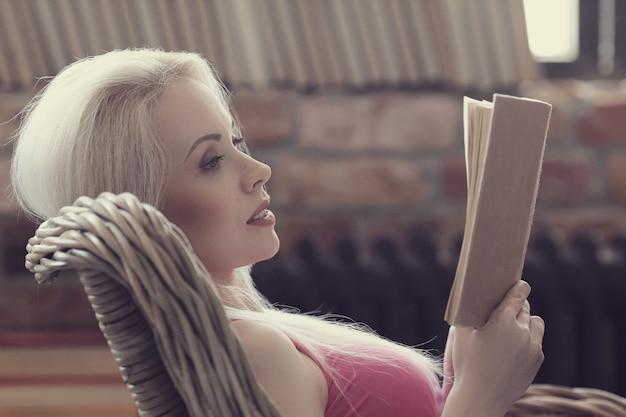 Urocza kobieta czyta książkę