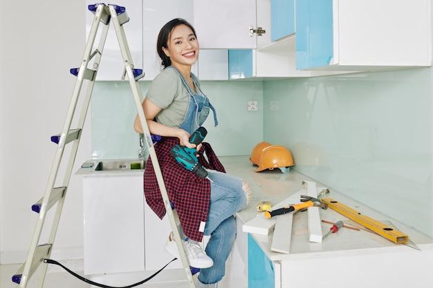 Urocza kobieta montaż szafek