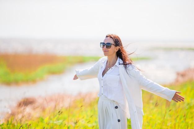 Urocza kobieta na plaży podczas letnich wakacji
