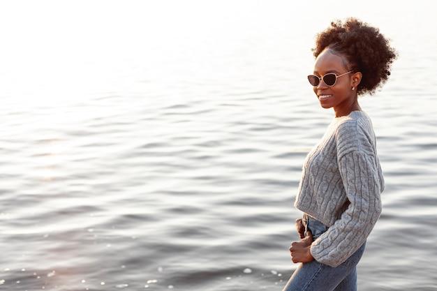 Urocza kobieta nosi okulary przeciwsłoneczne