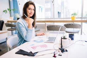 Urocza kobieta pracuje w biurze