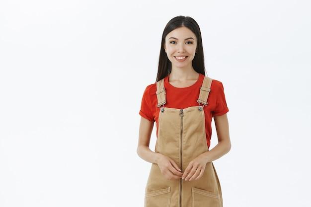 Urocza kobieta sprzedawcy spożywczego uśmiechnięta przyjazna dla klienta