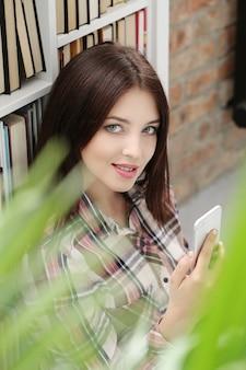 Urocza kobieta używa smartphone