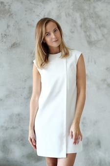 Urocza kobieta w białej sukni