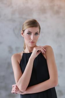 Urocza kobieta w czarnej sukni