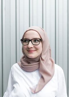 Urocza kobieta w okularach