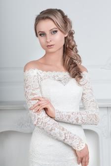 Urocza kobieta w sukni ślubnej