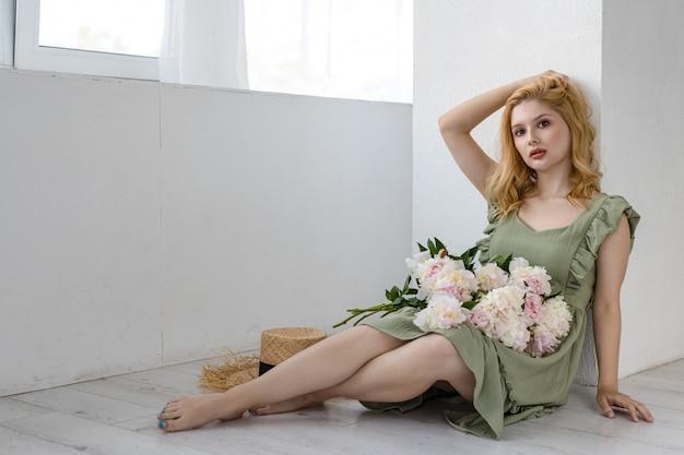 Urocza kobieta z dużym bukietem, ciesząc się swoimi kwiatami