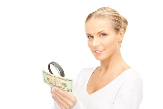 Urocza kobieta z lupą i pieniędzmi
