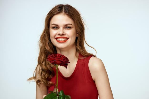 Urocza kobieta z różą w dłoniach