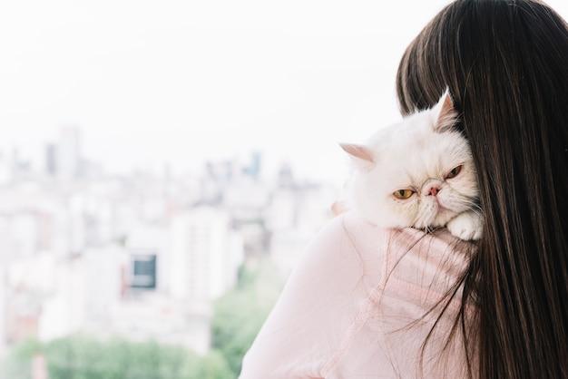 Urocza kompozycja zwierząt domowych z śpiącym białym kotem