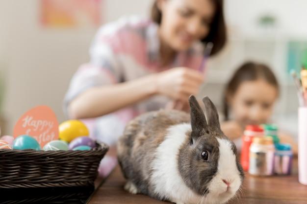 Urocza królik i kupa pisanek na stole malowanie matki i córki
